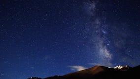Protagoniza el cielo nocturno de la galaxia de la vía láctea almacen de metraje de vídeo