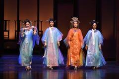 Protagonizar a las emperatrices llamada-modernas del drama de la cortina en el palacio Imagen de archivo libre de regalías