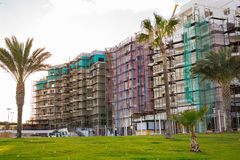 Protaras, Кипр - 15-ое февраля 2017 Автомобили ` s конструкции работая на конструкции новой гостиницы в Protaras Урбанско Стоковые Фото