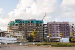 Protaras, Кипр - 15-ое февраля 2017 Автомобили ` s конструкции работая на конструкции новой гостиницы в Protaras Урбанско Стоковые Фотографии RF