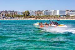 PROTARAS, CHIPRE - 16 DE JULIO DE 2016: Turistas que montan un jetski en la bahía de la higuera Imagen de archivo libre de regalías