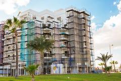 Protaras Cypern - Februari, 15, 2017 Bilar för konstruktions` som s arbetar på konstruktionen av ett nytt hotell i Protaras Urban Arkivfoton