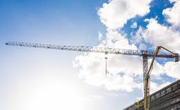 Protaras Cypern - Februari, 15, 2017 Bilar för konstruktions` som s arbetar på konstruktionen av ett nytt hotell i Protaras Urban Royaltyfri Fotografi