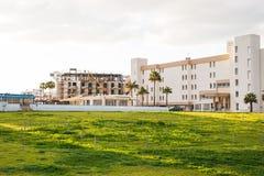 Protaras Cypern - Februari, 15, 2017 Bilar för konstruktions` som s arbetar på konstruktionen av ett nytt hotell i Protaras Urban Royaltyfria Foton