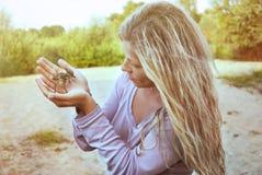 Proteção ambiental Gaivota do pintainho nas mãos das mulheres imagens de stock royalty free