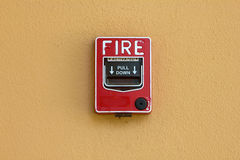 Proteção contra incêndios vermelha da caixa do alarme de incêndio imagem de stock