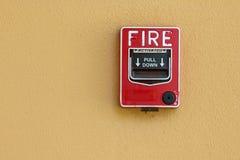 Proteção contra incêndios vermelha da caixa do alarme de incêndio fotos de stock