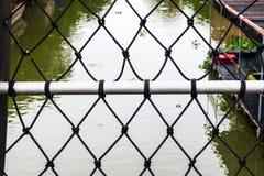 Proteção de aço encerada da malha do canal preto Foto de Stock Royalty Free