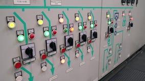 Proteção do armário de controle e parada programada automática Indicadores e ligar a parte dianteira do armário elétrico texto filme