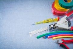 Proteção do fio da fita da isolação dos espadeladores das pinças da braçadeira do bloco dentro Fotografia de Stock Royalty Free