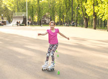 Proteção vestindo de patinagem do joelho do adolescente fotografia de stock