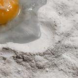 Proteína da farinha branca e da gema de ovos no fundo branco Imagens de Stock Royalty Free