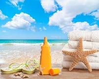Protecção solar com toalhas de praia Foto de Stock Royalty Free
