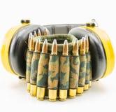 Protección auditiva amarilla y correa de la munición del camuflaje Foto de archivo