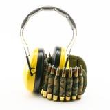 Protección auditiva amarilla y correa de la munición del camuflaje Imagen de archivo