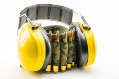 Protección auditiva amarilla y correa de la munición del camuflaje Fotografía de archivo