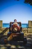 Protección, cañón español que señala a la fortaleza del mar Imagenes de archivo