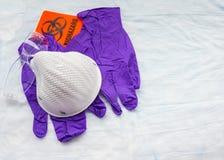 Protección contra los materiales biológicamentes peligroso en un ajuste médico Fotografía de archivo libre de regalías