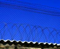 Protección contra una cerca y un alambre de púas Fotos de archivo libres de regalías