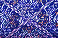 Protección rasgada vintage peruano de seda tailandés colorido de la superficie de la manta del estilo de la artesanía viejo hecha Foto de archivo libre de regalías