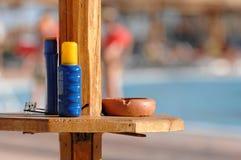 Protección solar y cenicero en la piscina Imagenes de archivo