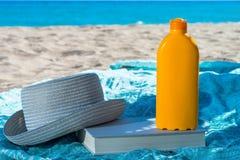 Protección solar y sombrero poner crema Imagen de archivo