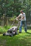 Protection auditive de fauchage de pelouse d'homme plus âgé Images stock