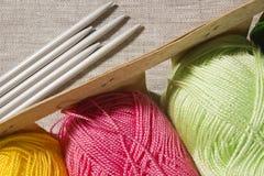 Protection avec la suite pour le tricotage Photographie stock