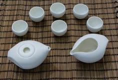 Protection blanche de service à thé et de bambou Images stock