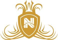 Protection courante de la lettre N de bouclier d'or de logo photographie stock
