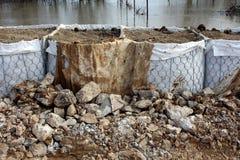 Protection d'inondation de barrières de bac à sable avec le tissu cassé de géotextile photos libres de droits