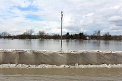 Protection d'inondation de barrières de bac à sable couverte de tissu de géotextile photos libres de droits