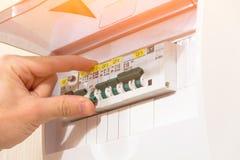 Protection d'installation électrique plaçant le standard, commutateur dessus à la main images libres de droits