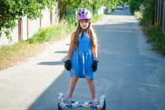 Protection de petite fille pour le sport actif d'été dehors un jour d'été photographie stock