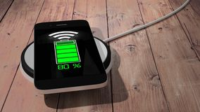 Protection de remplissage sans fil avec le téléphone portable sur la table en bois illustration libre de droits