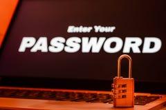 Protection des données d'ordinateur et concept de protection des données, cadenas sur le clavier d'ordinateur portable avec entre images libres de droits