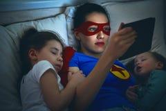 Protection du super héros de mère photographie stock libre de droits