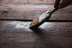 Protection en bois avec le conservateur Photos stock