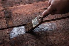Protection en bois avec le conservateur Images stock