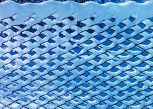 protection métallique liée par neige dans le jour ensoleillé d'hiver Images libres de droits