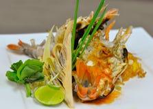 Protection thaïlandaise avec la crevette rose d'eau douce géante image stock