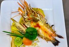 Protection thaïlandaise avec la crevette rose d'eau douce géante photos libres de droits
