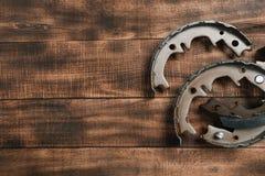 Protections de frein sur un fond en bois photographie stock libre de droits