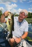 Protections de lis de pêche d'homme pour la basse de large ouverture Images stock