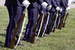 Protector de honor de las personas del rifle de la policía en la ceremonia 9 11 Imágenes de archivo libres de regalías