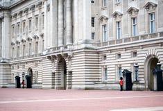 Protector de la reina - Pal de Buckingham Imágenes de archivo libres de regalías