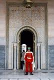 Protector delante del mausoleo de Mohamed V Imagen de archivo