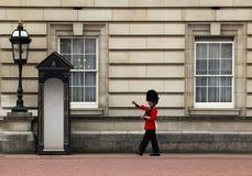 Protector en el Buckingham Palace Fotos de archivo