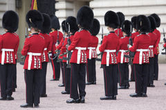 Protector real que cambia en el Buckingham Palace Fotografía de archivo libre de regalías