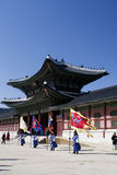 Protectores de palacio surcoreanos en uniforme del invierno Foto de archivo